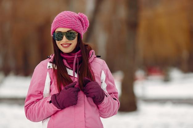 женщина в зимней шапке