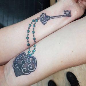 тату замок и ключ парные руки