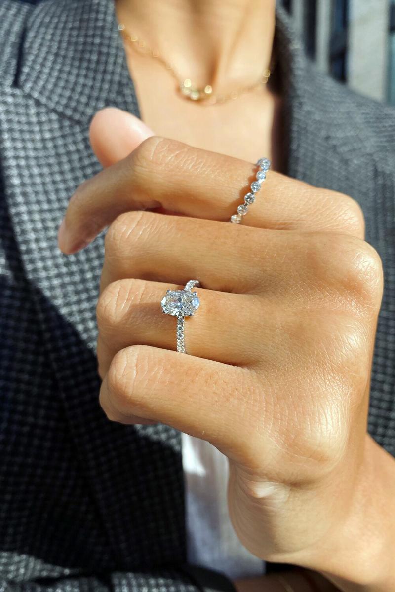 обручальное кольцо на руке красивой девушки