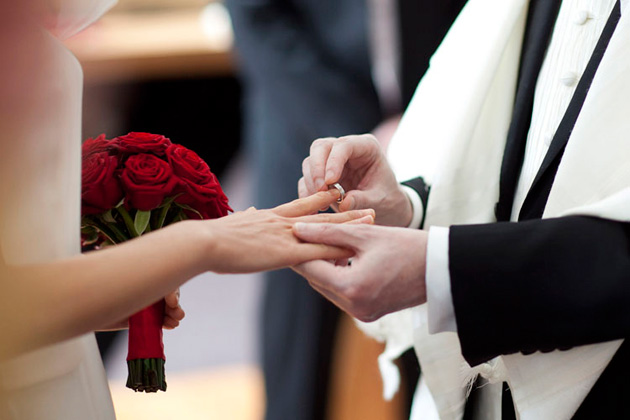 обручальное кольцо на указательном пальце у евреев