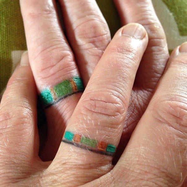 парные тату на пальцах кольца цветные