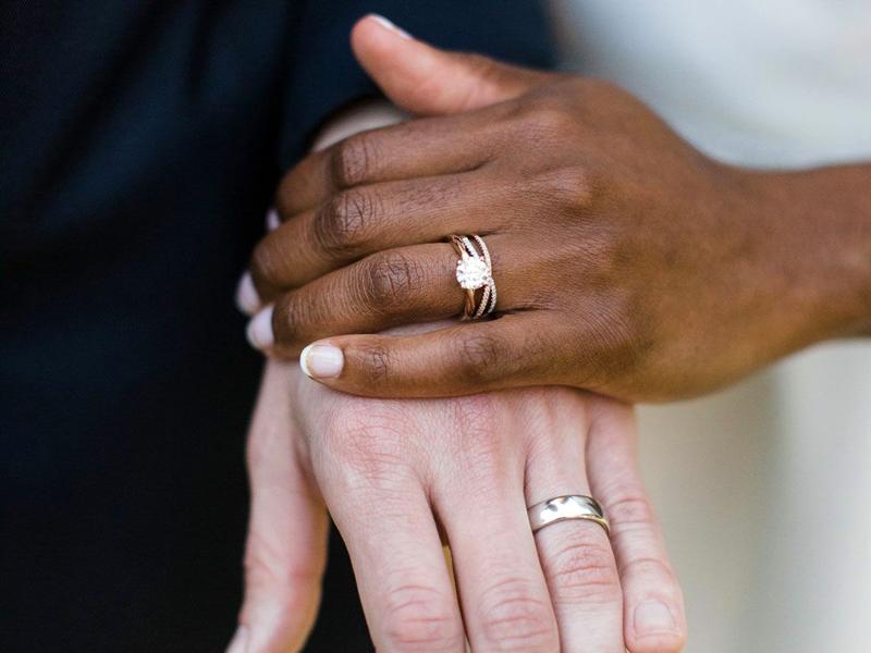 обручальные кольца на руках смешанной пары
