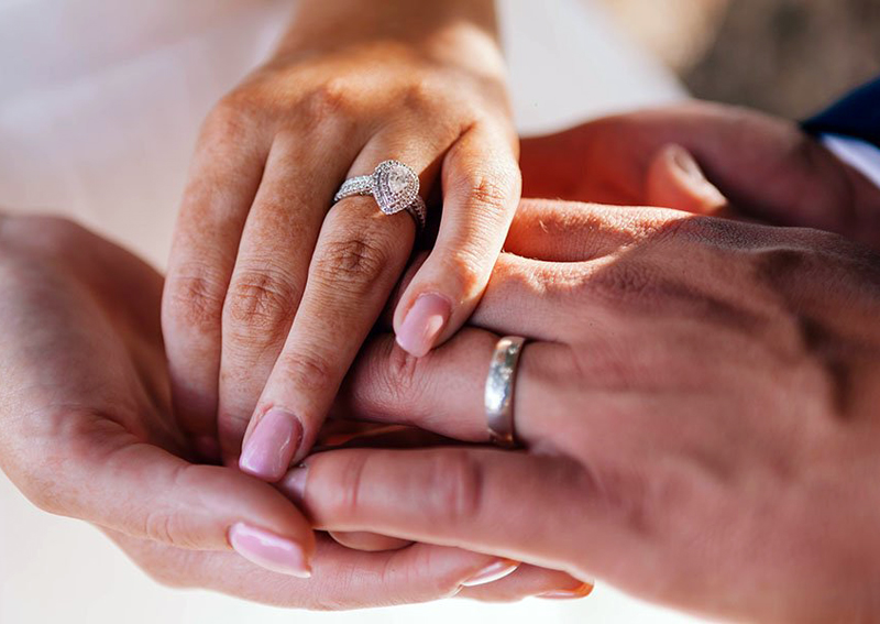 обручальные кольца на руках красивой пары