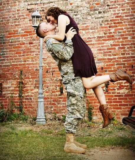 солдат и девушка в объятиях