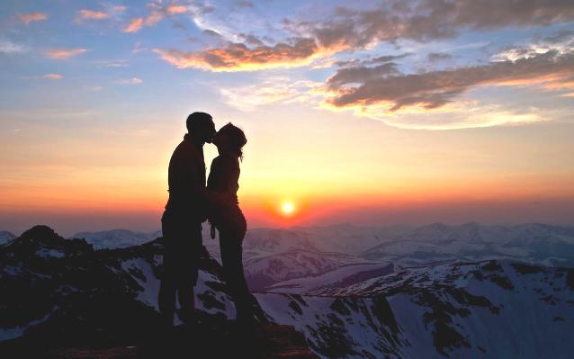 поцелуй на фоне гор