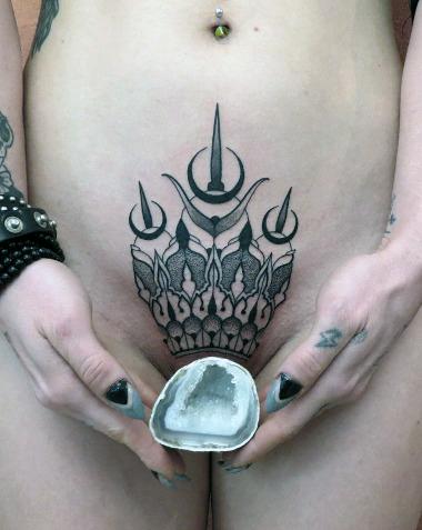 королева татуировка на лобке у девушки