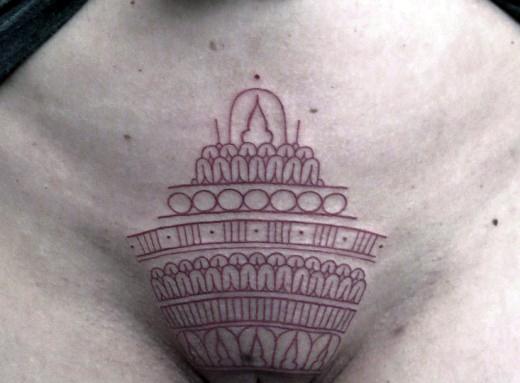 цветной узор татуировка на лобке у девушки