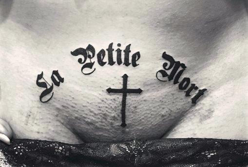 религиозная надпись тату на лобке у девушки