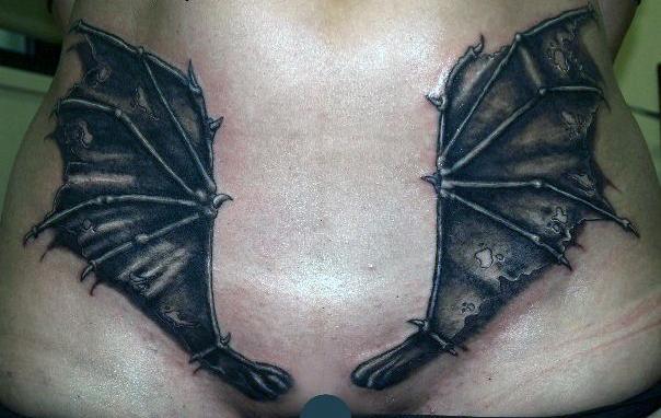 тату крылья летучей мыши на женском лобке