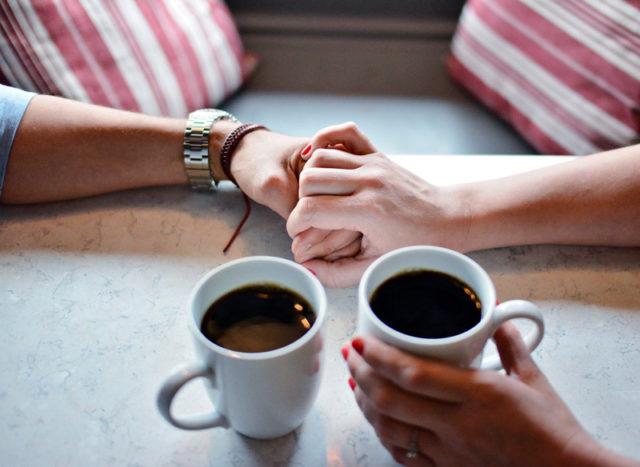 влюбленная пара с чашками кофе