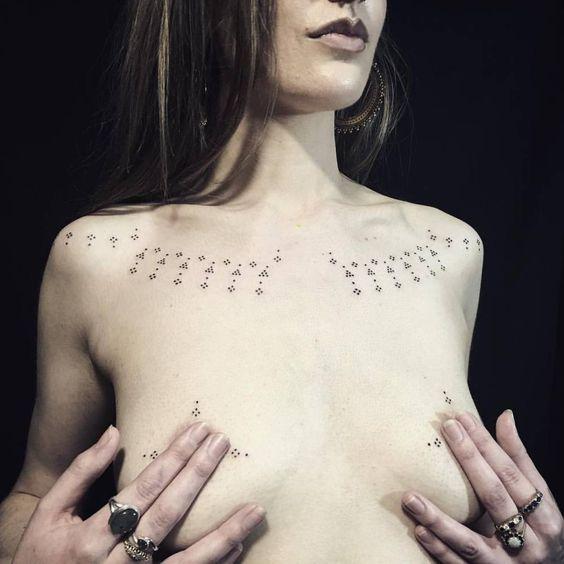 татуировки на женской груди